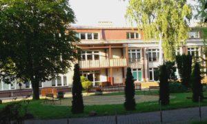 W tym budynku było moje przedszkole., ktore otaczał z jednej strony park, zwany Kierkutem. Oczywiście chodzi o kirkut, żydowski cmentarz. Pamiętam z dzieciństwa jak na trawie walały się macewy, teren był, mało owiedziane, zaniedbany