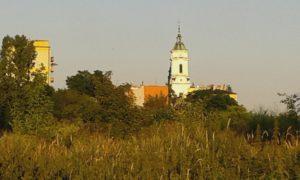 W tle kościół św. Michała. Zdjęcie robiłam z daleka, z parku, który jeszcze zobaczycie. Kościół powstał w 1614 r. Zaledwie rok później niż miasto, które datuje się na 1613.